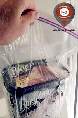 tarrina-de-helado-dentro-de-una-bolsa-de-plastico